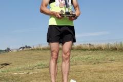 Fornøyd på toppen av pallen etter sin første totalseier på maraton; Øyvind Wang imponerte med å holde hele distansen i varmen.