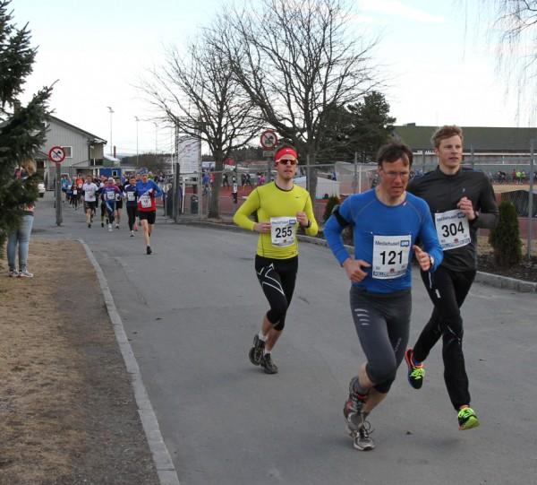 Geir Simonsen i blå trøye, på 4.plass ut fra stadion, med følge av Henrik Brøvig og Kjetil Berntzen. Foto: Trond T. Hansen