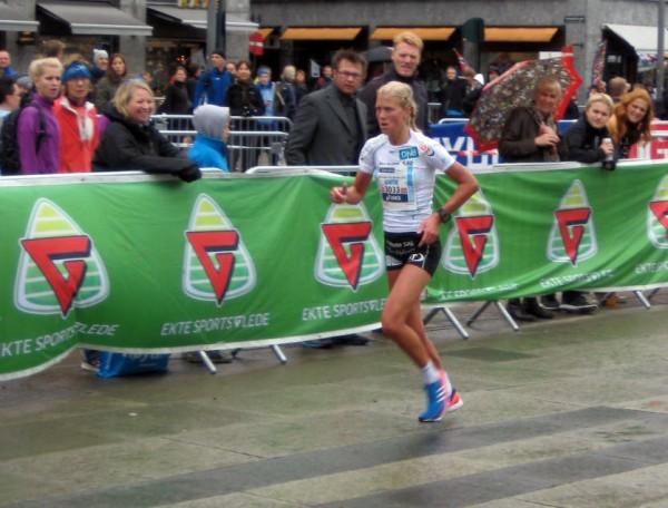 Marhe Katrine Myhre vinner  blir her norgesmester på maraton i Oslo i fjor. I Rotterdam løper hun for ny pers, etter overgangen til Sk Vidar og det første året med full satsing på løpingen. Foto: Frode Monsen