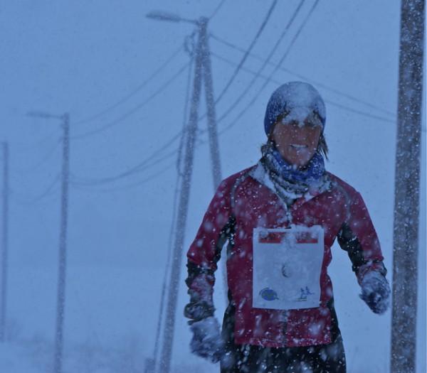 Jo, dette er fra det samme løpet! Norgesmester Edna Leikvoll sliter seg gjennom førsterunden i snøstorm. Foto: Kondis.no