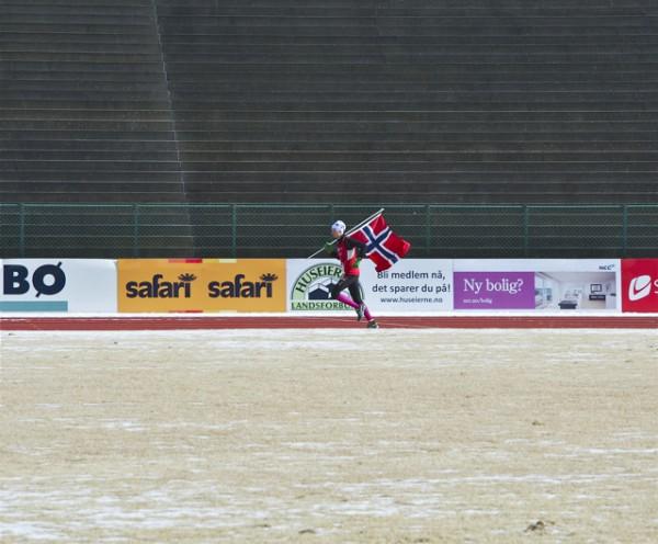 Her er norgesmesteren inne på stadion, med kun 150 meter igjen å løpe av distansen på 100.000 meter! Foto: Kondis.no