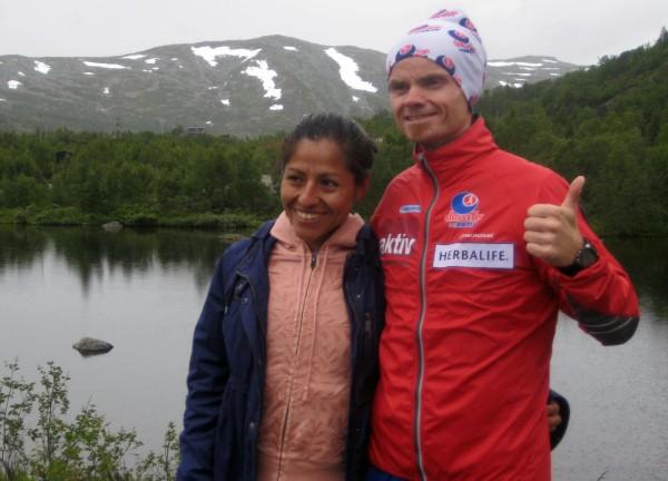 Gloria Vinstedt vant en klar seier på halvmaraton. Her etter seier i Rallarvegsløpet i fjor, sammen med Bjørn Tore Kronen Taranger, som lørdag ble norgesmester på 100 km i Bergen! Mer om det senere. Foto: Frode Monsen