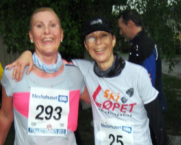 """Vått og bløtt, men flere smil etter """"gjørmebadet"""". Her er det Marianne Molle og Mona Mikaelsen som nyter regnværet, etter hhv 2.plass i klasse 35-39 år og seier i klassen over, og 4. og 5. beste tid av damene. Man kan gjerne smile da!"""
