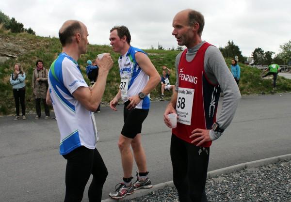 """Erfaringsutveksling med løpekompis Erik Krogdahl som representeret Haugesund Triathlon Klubb like etter målgang. Erik er også en aktiv Hel -og halvmaratonløper, samt Triathlet. I dag slo jeg ham med halvminuttet, en fin revansje etter at kan """"knuste"""" meg på sist maratonløp i Bergen 6. april. Nå skal det sies at Erik har prioritert mye sykkel den siste tiden da Haugesund IronMan 7. juli er årets store målsetting."""