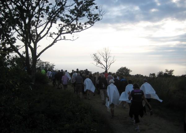 WELL DONE: Løpere med plastomslag som spøkelser ned fra fjellet etter løpet. Foto: Sportsmanden.no / Frode Monsen
