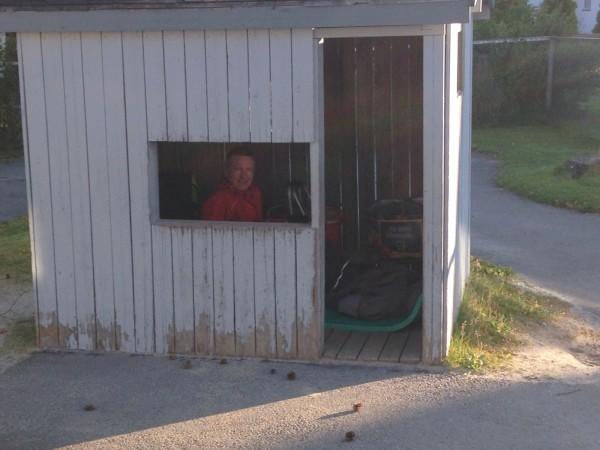 Wehder titter ut av vinduet i lekestuen som ble benyttet som herberge, mens Nossum-ene begge sov i bilen. Foto: Tove Nossum