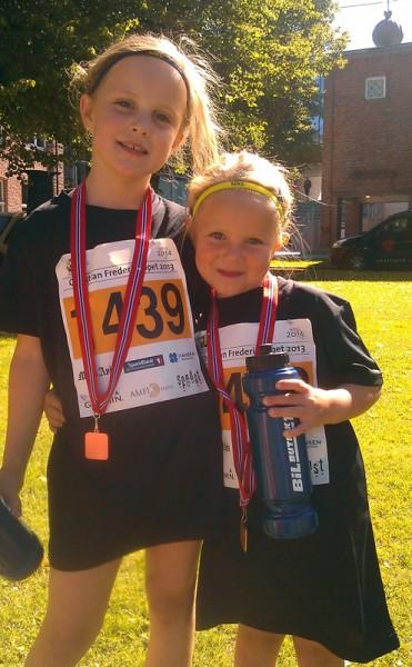 Fornøyde jenter med premier etter målgang. Eugenie Tomter (til v.) løp 2 runder (a 612 m) i 8-12 års klassen, mens lillesøster Elmine løp 1 runde (612 m) i 4-8 års klassen.