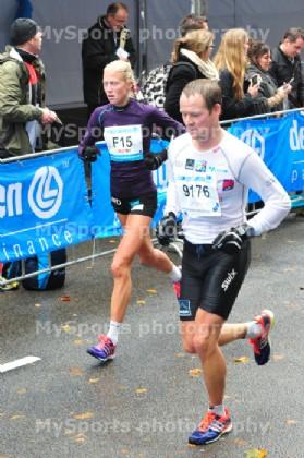 Det var ufyselige forhold under Eindhoven Marathon for Marthe og samboer Ronnie. (Foto: MySports photography / brooksrunning.nl)
