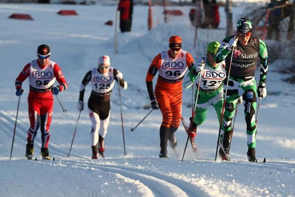Eldar Rønning leder an foran et kobbel av løpere. Det ble en solid andreplass på veteranen, som tydeligvis er i rute. (Foto: Bjørn Hytjanstorp)