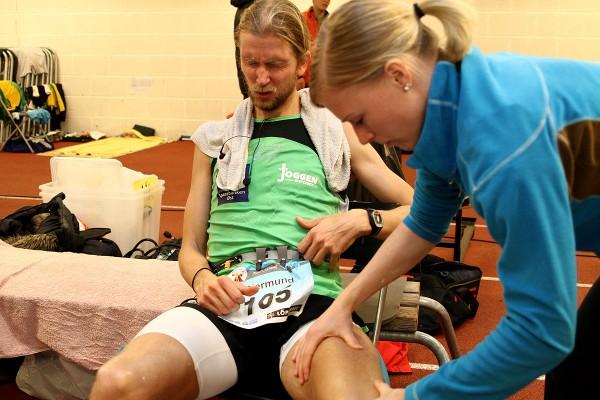Auda Gjermund! Norgesrekordholder Sørstad må få hjelp til å takle krampene under NM i fjor. Forhåpentligvis unngår han slike problemer i år.