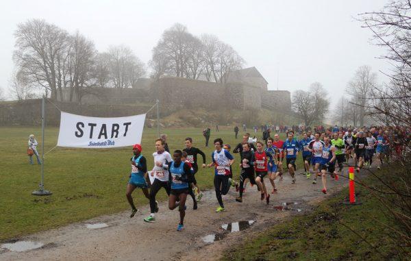 Starten er gått på 5 km, med festningen i Gamlebyen som bakgrunnsteppe. (Foto: Frode Monsen)