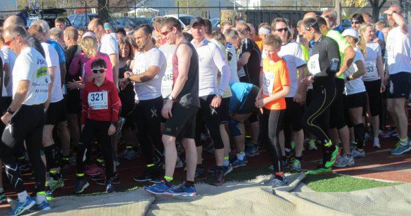 Det var stor kø av glade løpere foran skranken for å hente startnummer eller etteranmelde seg i det fine været. (Foto: Berit Kristiansen)