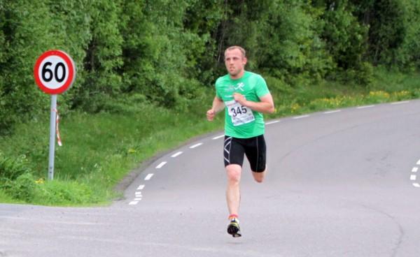Marius Borger sprenger nesten fartsgrensen der han spurter mot mål til sin aller første seier i Follotrimmen. Foto: Trond T. Hansen