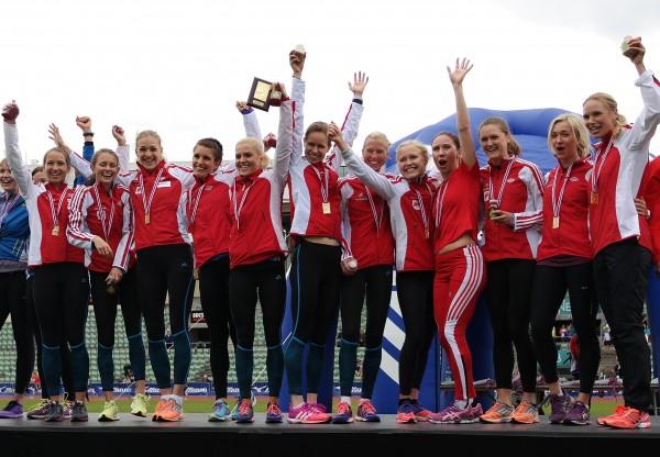 Ellevill jubel for Vidardamene etter enda en seier i Holmenkollstafetten. (Foto: Frode Monsen, Sportsmanden.no)