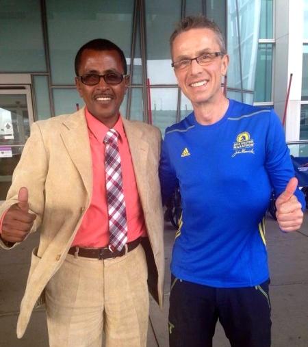 """""""PERSEKONGEN"""": Terje Lyngstad klarte kunststykket å perse på kongedistansen maraton for tredje gang i 2014, og for fjerde gang på under ni måneder! Og han gir seg ikke med det, men jakter nye rekorder på hjemembane i Jølster i juli. Her er Terje sammen med Tesfaye Jifar fra Etiopia, som vant New York Maraton i 2011, noen måneder etter angrepet på tvillingtårnene. Jifar satt samtidig løyperekord på 2.07,43, en rekord som stod i ti år. Men fortsatt har Terje Lyngstad et stykke ned til persen til Jifar, som er på 2.06,49 fra Amsterdam Marathon i 1999, da han for øvrig ble nummer to. (Foto: Veslemøy Lyngstad)"""