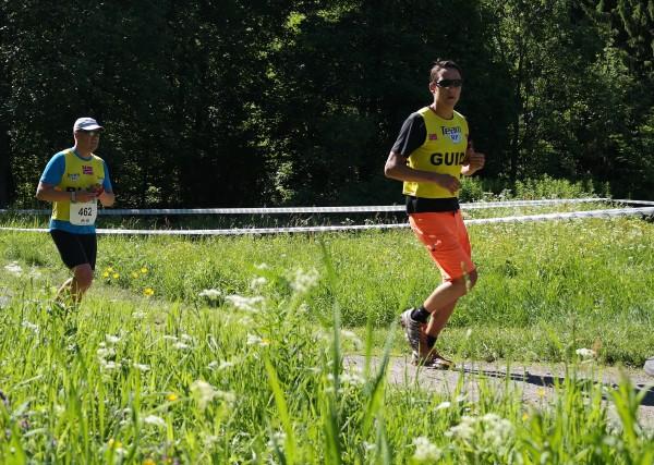 Her er en annen løper med ledsager. Flott å se eliteløpere, mosjonister og handikapløpere om hverandre.