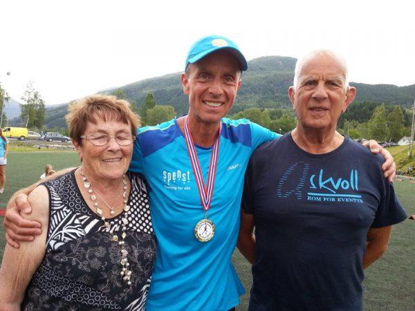 Terje Lyngstad med en stolt mamma og pappa etter seieren. Foto: Privat