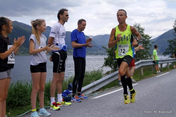 Hjemmehåpet Terje Lyngstad heies på vei mot seier i Jølster Maraton. Foto: Anne Cecilie Kapstad