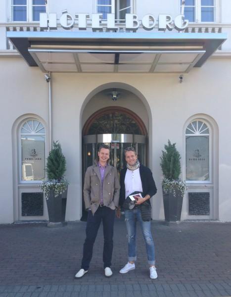 """""""The Eagle has landed!"""" Arvid og Morten poserer villig foran ærverdige Hotel Borg – vår Zoo Station for weekenden. Hotellet er genialt plassert rett ved start og mål samt byens hippeste skjenkesteder."""