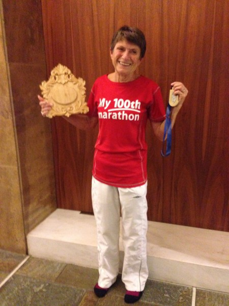 Gratulerer med maraton nr 100 til Vera Nystad. Bildet er tatt av Torill forbord og treskjæringsplaten er laget av Turid veggeland i anledning Veras 100 maratonløp. Turdi løp for øvrig selv sitt maraton nr 105 i Athen.
