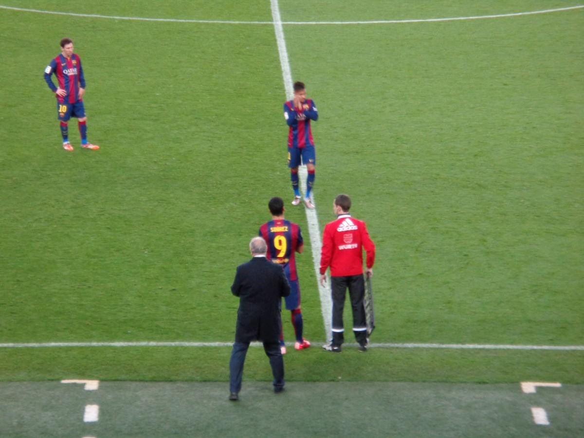 """Rett foran nebbet mitt står et trekløver verdt minst 2,5 millarder norske kroner! Det føles faktisk nesten litt uvirkelig å sitte bare noen meter unna Neymar Jr., Messi og Luis """"El Pistolero"""" Suárez!"""