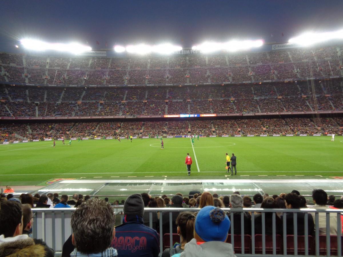 Camp Nou blir bare enda mektigere når flombelysningen kommer på. Jeg storkoser meg rett bak innbytterbenken til Barca mens hele stadion taktfast og unisont roper Meeeessi, Meeeessi, Meeeessi!