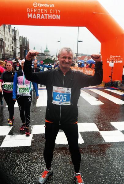 Bjørn Sandmoe jublet og jubilerte etter å ha fullført sitt siste maraton i sitt 60.år.