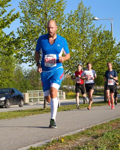 """PERS! Det var fullt mulig å perse også i Fornebuløpet, noe Thomas Stordalen beviste da den ferske ultraløperen for første gang løp under de magiske 40 minuttene. På forhånd skrev han bl.a følgende på bloggen sin: """"I over 2 år nå siden Sentrumsløpet i 2013 har jeg drømt om sub 40. Persen min er fra Fornebuløpet i fjor og lyder på 41:14. På trening har jeg løpt på under 41 minutter så jeg vet jeg har det i meg. Dette året er jeg også i en helt annen form en i fjor, mye lettere, sterkere og raskere. Derfor skal det blir utrolig gøy å løpe dette løpet i år. Helt uten press også da jeg skal bruke løpet som en ren fartsøkt. Derfor blir det lave skuldre, et stort smil og bånn gass fra start av så lenge det holder."""" Stordalen var meget konsentrert både før start og her underveis og fikk den beløningen han drømte om. Tiden ble 39.57. Snakk om beregning!  Foto: Sportsmanden / Frode Monsen"""