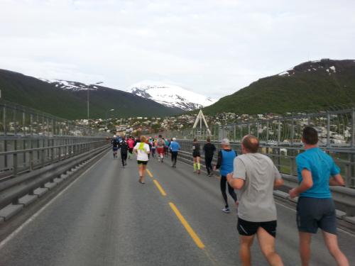 Over brua mot Tromsdalen