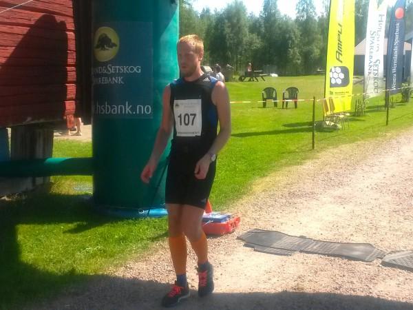 Alexander Flaa fra Son kommer i mål til 16.plass på maraton på tiden 3.56.57. Alexander var et hyggelig bekjentskap, som jeg snakket en del med i første halvdel av løpet. Han takket pent for følget halvveis og hadde en noe tung dag i den tøffe løypa. Foto: Sportsmanden / Roar Tomter