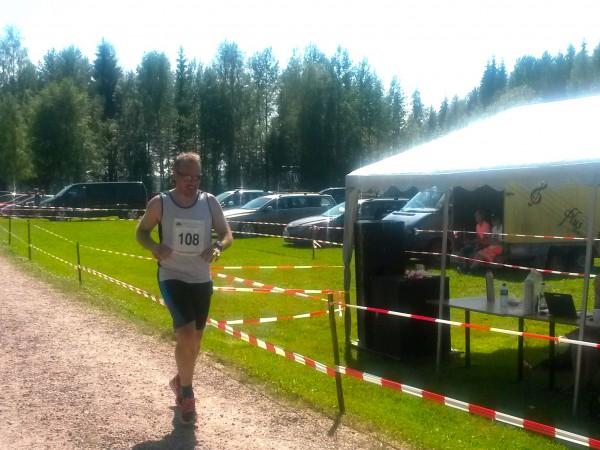 Hans Petter Lystad i mål etter en meget hard dag i løypa. Lårene streiket etter 25km, og han måtte begynne å gå i bakkene. Han kom til slutt 28 sekunder for sent til å se 3-tallet. Foto: Sportsmanden / Roar Tomter