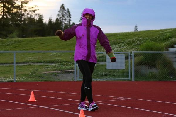 Titona Bakken leder kvinnenes konkurranse, men Ragnhild Audestad er like bak. Bakken har også jubileet med sin 100.maraton underveis i Jessheim 6-dagers. Her er hun ved godt mot, og godt kledd i den sterke og sure vinden fredag morgen.
