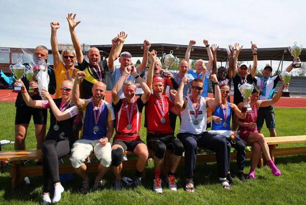 """ETTER: """"The pionerer have done the mission"""", står det under dette bildet av alle de historiske menn og kvinner som deltok på Norges første 6-dagers løp på løpere egen Facebook-side. (Foto: Arrangøren)"""