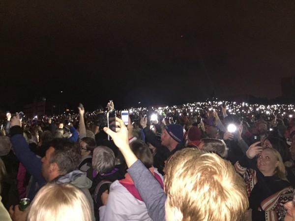 Utover kvelden hygger vi oss med utendørskonserter med de største islandske bandene på hovedscenen i Lækjargata. Publikum er i ekstase – det er folk i alle aldre ute i gatene selv om mørket nå har senket seg.