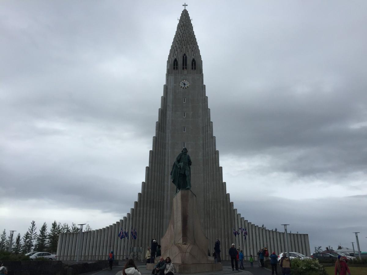 Verdenskjente Hallgrímskirkja er 74,5 meter høy og ligger på et høydedrag rett sørøst for sentrum av Reykjavik. Kirken stod ferdig oppført i 1986 etter 38 (!) års byggetid! Foran kirken ruver en statue av oppdageren Leiv Eriksson. Det hele er et mektig skue selv i uggent vær søndag formiddag!