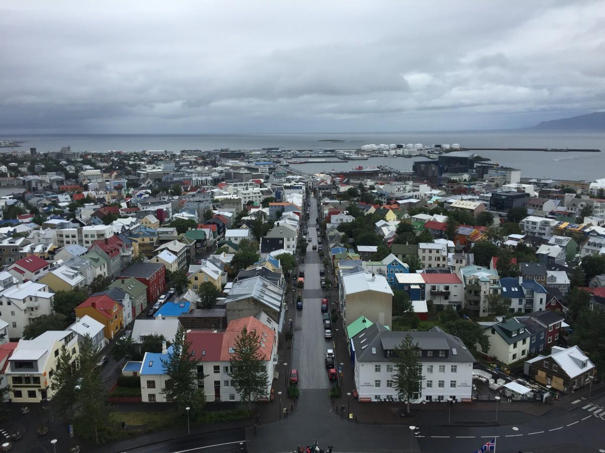 """""""Lille Reykjavik er en egen planet - Alle gatene er forskjellige land - Hvert strøk en verdensdel - Og vi suser avgårde, alle mann!"""" Utsikten fra klokketårnet til Hallgrímskirkja må oppleves – derfra får man en fantastisk oversikt over den lille, koselige Kardemomme-byen der ute ved Atlanterhavet!"""
