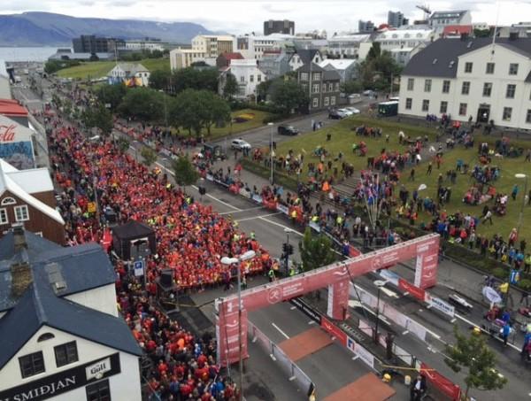 Lørdag morgen kl 08:40 går startskuddet for hel- og halvmaratonet i Lækjargata midt i hjertet av Reykjavik. Over 1000 maratonløpere og 2100 halvmaratonløpere fra hele verden står og tripper nervøst på startstreken i det som må karakteriseres som nærmest perfekt løpsvær – overskyet og temperatur på 10 grader++. Bildet er forøvrig fra 10km-starten 55 minutter senere.