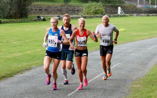 Marthe Katrine Myhre på vei til sitt tredje NM-gull på maraton. Sølvvinner Frode Vullum-Bruer (t.v.) var ikke langt bak. Foto: Fra bloggen til Myhre, tatt av Thomas Kørre