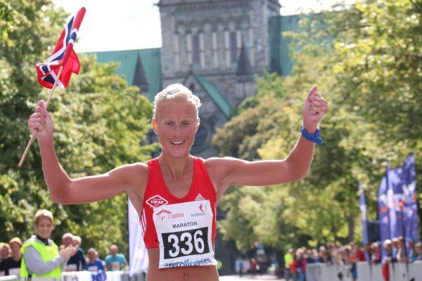 Marthe Katrine Myhre kan juble med norsk flagg og nasjonalhelligdommen Nidarosdomen i bakgrunnen. Foto: Thomas K. Føre (hentet frafra bloggen til Myhre)