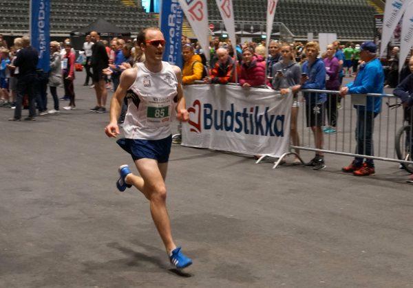 3 km er først og fremst for ungdommen, men i år var det også åpnet for løpere over 18 år. Aller raskest var Erik Uller fra Tjalve, som her stormer mot mål til seier på 9.49, som den eneste under 10 minutter.