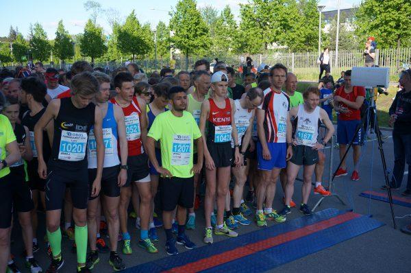 Klar til start for 5 km i solskinnet på Fornebu. Løpets vinner Markus Borge Harbo står avslappet med hoftefeste helt til høyre, mens toer Harald Østberg Amundsen koster på seg en liten gjesp rett før start.