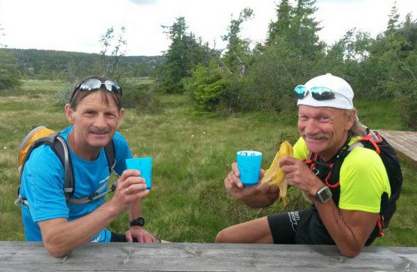 Spreke fettere og ihuga Birken-entusiaster; Rolf Bakken (t.v.) og Jan Erik Bakken tar seg en pust i bakken under en treningsøkt i sommer. (Foto: Frode Monsen)