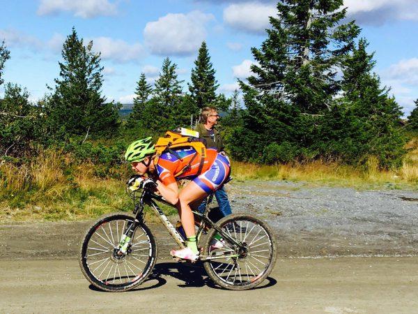 Full fart i utforbakkene. (Foto: Hanne Wibe / Sportsmanden)