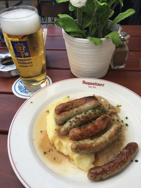 Så tysk – så riktig – så innafor! For meg faller samtlige brikker på plass i mitt eget Ravensburger-puslespill når jeg dagen etter avslutter Berlin-turen på bavariansk Brauhaus. Sauerkraut, pølser og en stor øl – ingen blåmandag her i gården! Jeg elsker bare Tyskland:)
