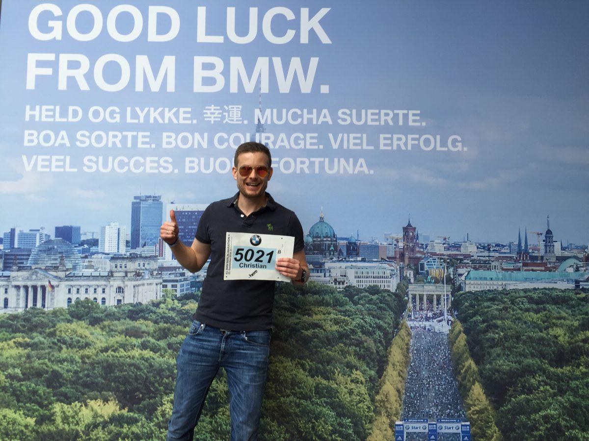 "Klassisk Expo-posering til pre-race bjeffing i sosiale medier - hat eller elsk det! Med den bavarianske blå og hvite BMW-logoen solid plantet både på startnummeret samt fot-chippen settes uansett standarden for det forestående maratonet – ""failure is for sure not an option!"""