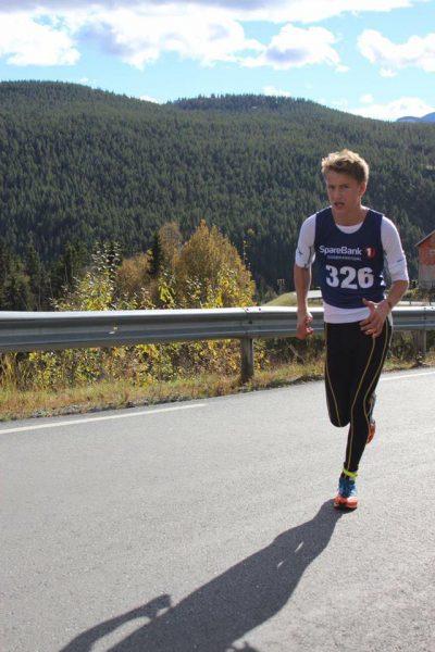 Torjus Loen kommer først opp bakken. (Foto: Lind Aulie Åsen)