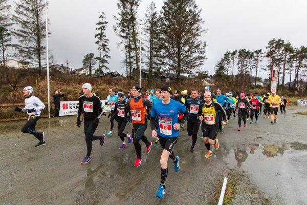 Starten er gått for det 4.Karmøy Maraton. (Foto: Arrangørens facebookside / Kjell Bua)
