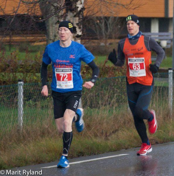 Etter vel en kilometer har Sjur Ferkingstad fortsatt ryggen på Kenneth Smeby, men de to har fått en stor luke allerede til resten av feltet. (Foto: Marit Ryland)