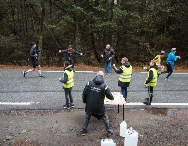 Hektisk aktivitet på drikkestasjonene. (Foto: Kjell Bua)